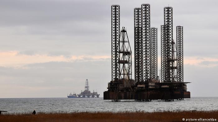 Ölbohrinseln unmittelbar vor der Küste von Baku (Foto: Matthias Tödt/DW)