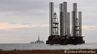 oil drilling off the coast of Baku (picture: Matthias Tödt)