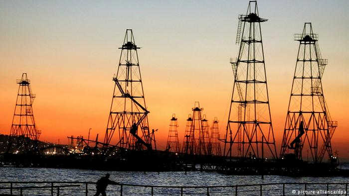 The sun rises behind the oil derricks on the Caspian Sea near Baku, Azerbaijan, Friday 07 October 2005. More than 1,500 floatable oil derricks extract oil from Caspian's seabed in Azerbaijan. In 2005 Azerbaijan extracted 19,5 million tons of oil. Foto: SERGEI ILNITSKY +++(c) dpa - Report+++
