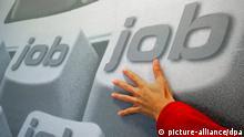 ARCHIVBILD Werbeplakat einer privaten Arbeitsvermittlungsagentur