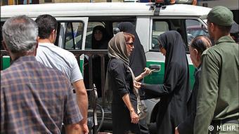با آغاز فصل گرما، سختگیریهای نیروی انتظامی بر زنان و دختران بیشتر میشود