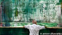 Der Maler Gerhard Richter arbeitet in einer Szene des Kinofilms Gerhard Richter - Painting am grünen Bild (undatierte Filmszene). Die Dokumentation von Corinna Belz über den Künstler kommt am Donnerstag (08.09.2011) in die deutschen Kinos. Foto: Piffl Medien (zu dpa-Kinostarts vom 01.09.2011 - ACHTUNG: Verwendung nur für redaktionelle Zwecke im Zusammenhang mit der Berichterstattung über den Film und bei Nennung der Quelle) +++(c) dpa - Bildfunk+++