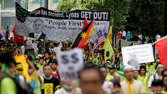 Anti-government protesters march on a street in Kuala Lumpur April 28, 2012. Up to 20,000 protesters calling for fair elections and greater accountability marched on Kuala Lumpur's centre on Saturday in a show of force that will test the Malaysian government's reformist pledges and may affect the timing of national polls.  REUTERS/Tim Chong (MALAYSIA - Tags: POLITICS CIVIL UNREST)