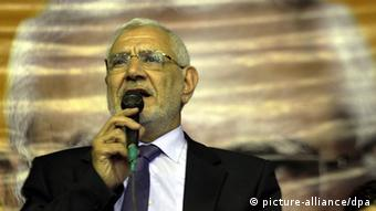 Aboh Fotouh holds microphone in his right hand while presenting his policies during a press conference in Giza