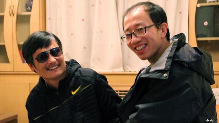 In this photo taken in late April, 2012, and provided by Hu Jia, blind Chinese legal activist Chen Guangcheng, left, meets with Hu at an undisclosed location. Chen, an inspirational figure in China's rights movement, slipped away from his well-guarded rural village on Sunday night, April 22, 2012, and made it to a secret location in Beijing on Friday, April 27, setting off a frantic police search for him and those who helped him, activists said. (Foto:Courtesy of Hu Jia/AP/dapd)