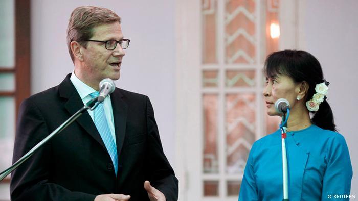 آنگ سان سوچی، رهبر اپوزیسیون میانمار، و گیدو وستروله، وزیر امور خارجه آلمان