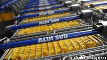Der Unternehmensname Aldi Süd steht am Samstag (21.04.2012) in Unterhaching bei München (Oberbayern) auf den Einkaufswagen bei einer Filiale des Discount-Supermarktes Aldi. Foto: Tobias Hase dpa/lby