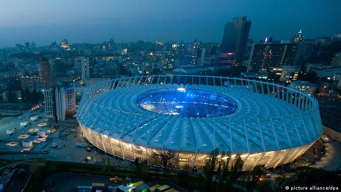 Das Stadion von Kiew in der Dämmerung (Foto: picture alliance/dpa) epa02953399 General view of the new Olimpiyskiy stadium for the UEFA Euro 2012 in Kiev, Ukraine, 06 October 2011. The new stadium will be inaugurated on 08 October 2011. Kiev is the main of four host cities in the Ukraine for the UEFA European Championships in 2012, co-hosted by Poland and Ukraine. EPA/ALEKSEY FURMAN +++(c) dpa - Bildfunk+++