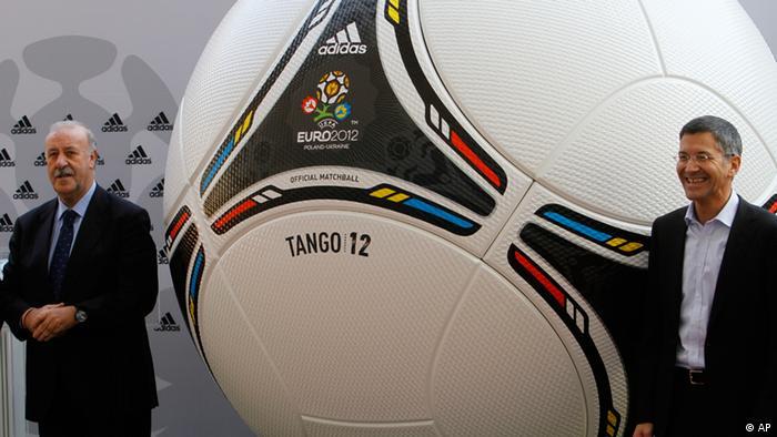"""هربرت هاینر، رئیس آدیداس (راست) و ویسنته دلبوسکه، سرمربی تیم ملی فوتبال اسپانیا، در مراسم معرفی """"تانگو ۲۰۱۲""""، توپ بازیهای جام ملتهای اروپا"""
