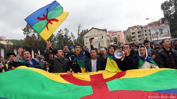 مظاهرة تستذكر الربيع الأمازيغي في منطقة القبائل بالجزائر (أرشيف)