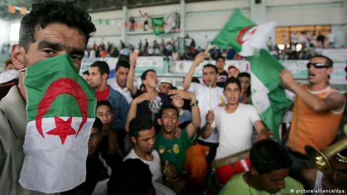 هواداران حزب حاکم در کارزار انتخاباتی الجزایر