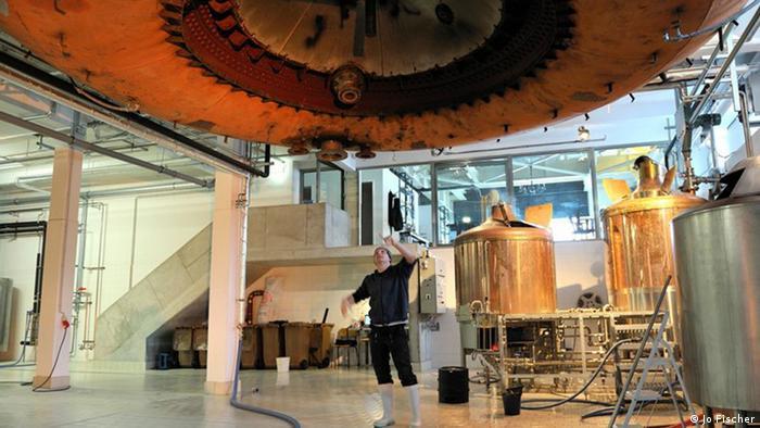 Rollberg Brauerei: Rollberg-Braumeister Wilko Bereit bei der Arbeit, Berlin 2010; Copyright: Jo Fischer