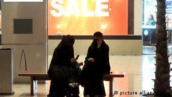 Frauen in einer Shopping-Mall in Riad (Foto: dpa)