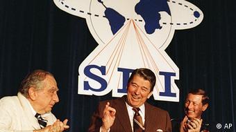 """To 1983 o τότε πρόεδρος των ΗΠΑ Ρήγκαν ανακοίνωνε το εξοπλιστικό πρόγραμμα SDI (Strategic Defense Initiative"""") που έγινε γνωστό ως «πόλεμος των άστρων»."""