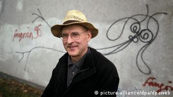 Harald Naegeli vor seinem Graffito 'Undine' in Zürich (Foto: dpa)