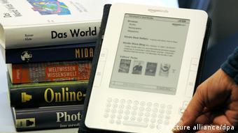 ARCHIV - Eine Frau hält am 21.10.2009in Hamburg das «Kindle»-Lesegerät für elektronische Bücher von Amazon. Der weltgrößte Online-Einzelhändler Amazon verkauft in den USA inzwischen deutlich mehr E-Books als gebundene Bücher. Foto: Marcus Brandt dpa/lno (zu dpa 0085 vom 20.072010) pixel