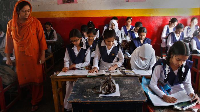 Eine Lehrerin beaufsichtigt ihre Klasse in Srinagar, Indien (Foto: AP)