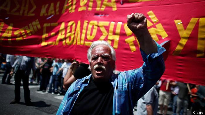 A protester shouts slogans during a May Day protest in Athens, Tuesday, May 1, 2012. In debt-crippled Greece, more than 2,000 people marched through central Athens in subdued May Day protests centered on the country's harsh austerity program. The Greek elections are scheduled for Sunday, May 6. (Foto:AP/dapd).