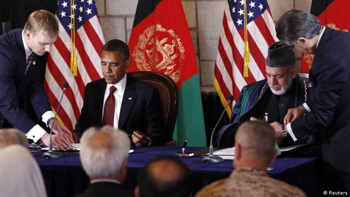باراک  اوباما، رئیس جمهور آمریکا و همتای افغان او،  حامد کرزای، به هنگام امضای پیمان راهبردی میان دو کشور