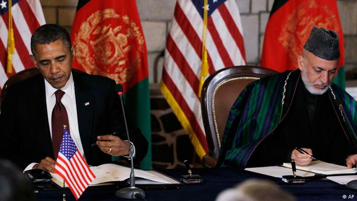 President Barack Obama and Afghan President Hamid Karzai sign a strategic partnership agreement at the presidential palace in Kabul, Afghanistan, Wednesday, May 2, 2012. (Foto:Charles Dharapak/AP/dapd).