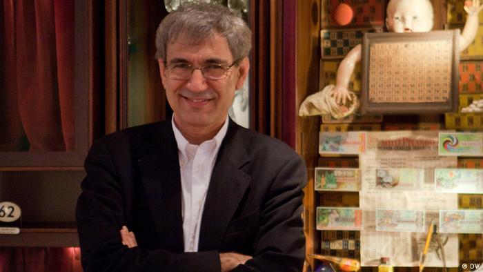 اروهان پاموک در سال ۱۹۵۲ در استانبول به دنیا آمد. از دید منتقدان ادبی کمتر نویسندهی معاصری تا به این حد در جستجوی ریشههای تاریخی شرق در غرب و رد پای غرب در شرق بوده است. گزیدهای از آثار ترجمه شدهی او به فارسی: «قلعه سفید»، «زندگی نو»، «نام من سرخ»، «چهره پنهان».