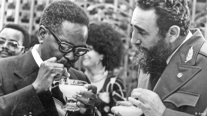 Agostinho Neto (esq.) com o presidente cubano Fidel Castro
