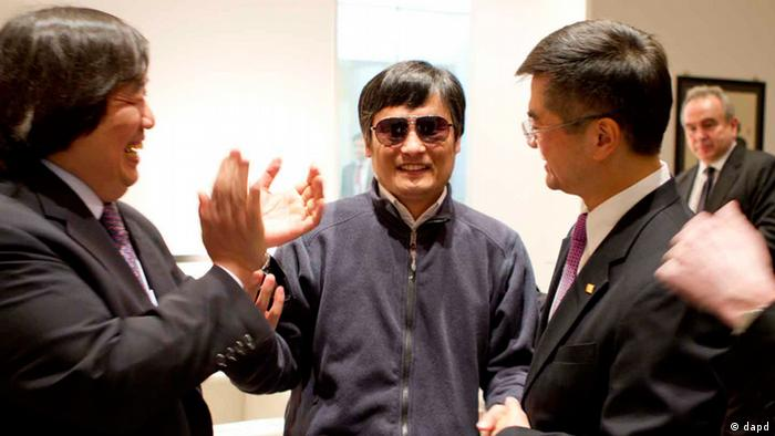 In this photo released by the US Embassy Beijing Press Office, blind lawyer Chen Guangcheng, center, holds hands with U.S. Ambassador to China Gary Locke, right, as U.S. State Department Legal Advisor Harold Koh, left, applauds, before leaving the U.S. embassy for a hospital in Beijing Wednesday May 2, 2012. (Foto:US Embassy Beijing Press Office, HO/AP/dapd)