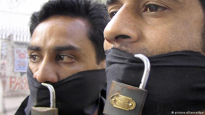 Proesters wearing scarfs around their mouths (photo: Nadeem Khawer /dpa)