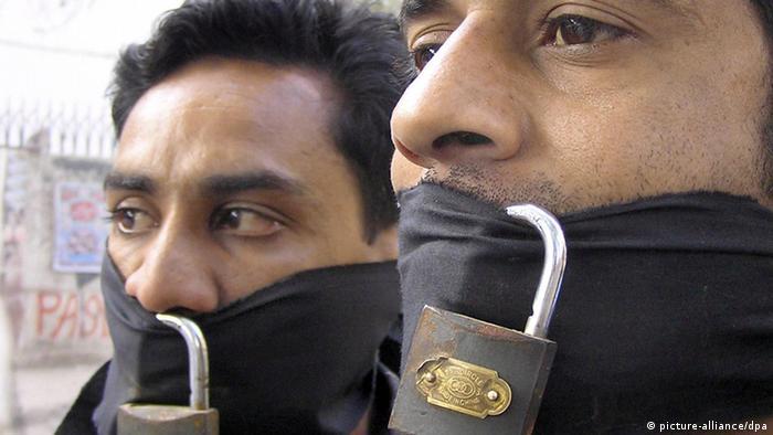 Pakistanische Journalisten protestieren in Karachi gegen die Behinderung ihrer Arbeit (Archivfoto vom 16.03.2007). Die Arbeit von Journalisten weltweit wird immer lebensgefährlicher: Das Jahr 2012 könnte für Reporter das tödlichste Jahr seit 15 Jahren werden. Davor warnte das Internationale Presseinstitut (IPI) in Wien zum Welttag der Pressefreiheit am Donnerstag (03.05.2012). Bis zum 30. April registrierte das Institut bereits 43 getötete Journalisten weltweit. Syrien sei derzeit das gefährlichste Land. Foto: Nadeem Khawer (zu dpa 0982 vom 01.05.2012) +++(c) dpa - Bildfunk+++