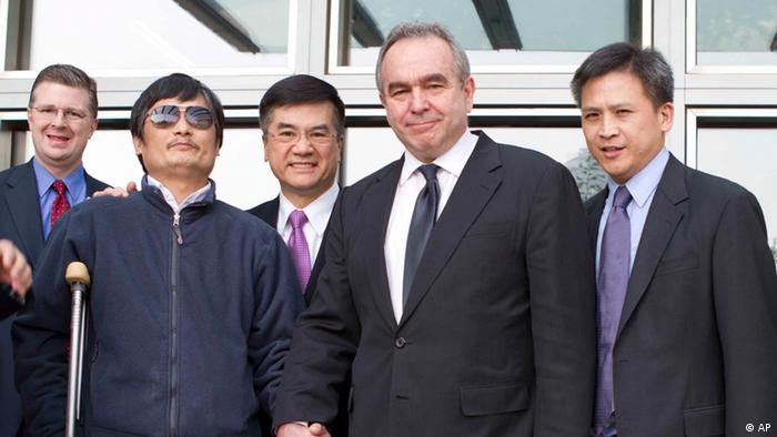 In this photo released by the US Embassy Beijing Press Office, blind lawyer Chen Guangcheng, front left, holds hands with U.S. Assistant Secretary of State for East Asia and Pacific Affairs Kurt Campbell, as U.S. Ambassador to China Gary Locke, back center, looks on, before leaving the U.S. Embassy for a hospital in Beijing Wednesday May 2, 2012. (Foto:US Embassy Beijing Press Office, HO/AP/dapd).