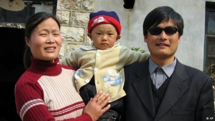 This undated photo provided by the China Aid Association shows blind Chinese legal activist Chen Guangchen, right, with his son, Chen Kerui, with his wife Yuan Weijing, left, in Shandong province, China. Chen, a well-known dissident who angered authorities in rural China by exposing forced abortions, made a surprise escape from house arrest on April 22, 2012, into what activists say is the protection of U.S. diplomats in Beijing, posing a delicate diplomatic crisis for both governments. (Foto:www.ChinaAid.org/AP/dapd).