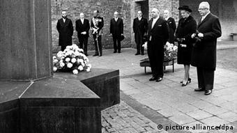 Gustav Heinemann steht vor dem Mahnmal der Gedenkstätte Hollandse Schouwburg (Foto picture-alliance/dpa)