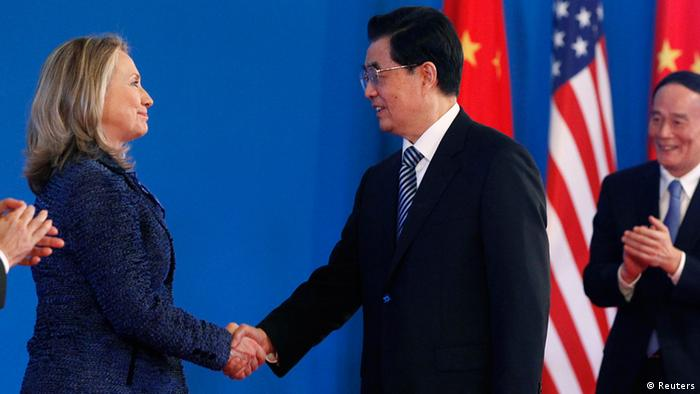 US-Außenministerij Hillary Clinton und Chinas Präsident Hu Jintao in Peking (Foto: Reuters)