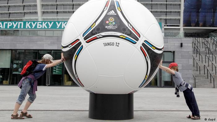 Kids play trying to push a model of an official ball, or tango, of the Euro 2012 soccer tournament at the Olympiysky stadium in Kiev, Ukraine, Thursday, May 3, 2012. A number of top-ranking European officials have said they will not go to Ukraine during the European soccer championship in June unless there is a swift improvement in the human rights situation there. They pilled the pressure on the leadership in Kiev in support of jailed former Prime Minister Yulia Tymoshenko. (Foto:Efrem Lukatsky/AP/dapd)