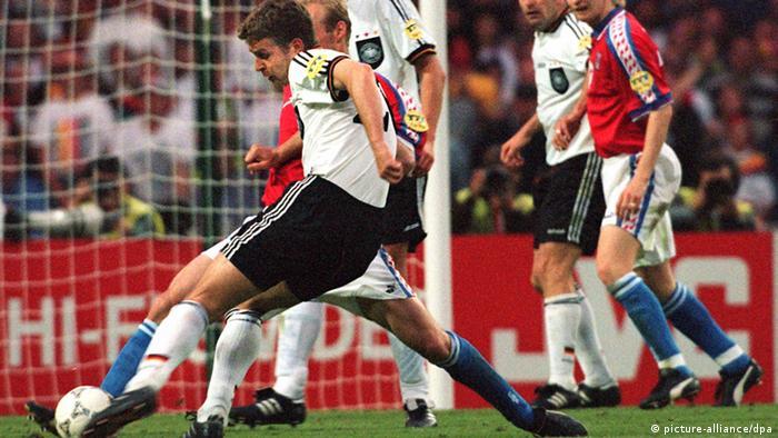 Оливер Бирхофф забивает решающий гол в ворота сборной Чехии на ЧЕ-96.