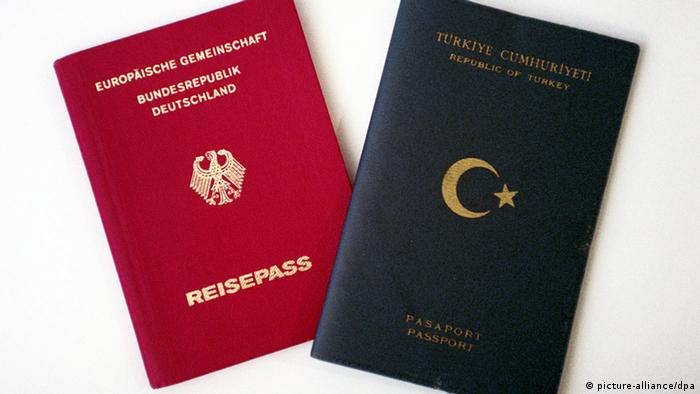 German and Turkish passports (Photo: picture-alliance / dpa)