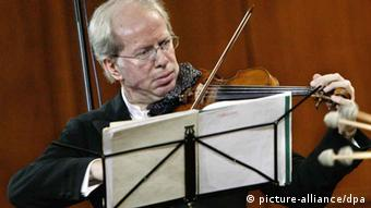 Latvian violinist and conductor Gidon Kremer and his Kremerata Baltica youth chamber orchestra give a concert at the Moscow Conservatory on October 9, 2005. Foto: Mikhail Fomichev +++(c) dpa - Report+++