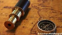 Alte Seekarte mit Kompass und Fernrohr