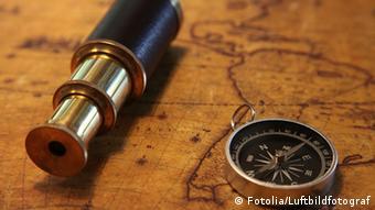 Ein Fernrohr, ein Kompass und eine Seekarte