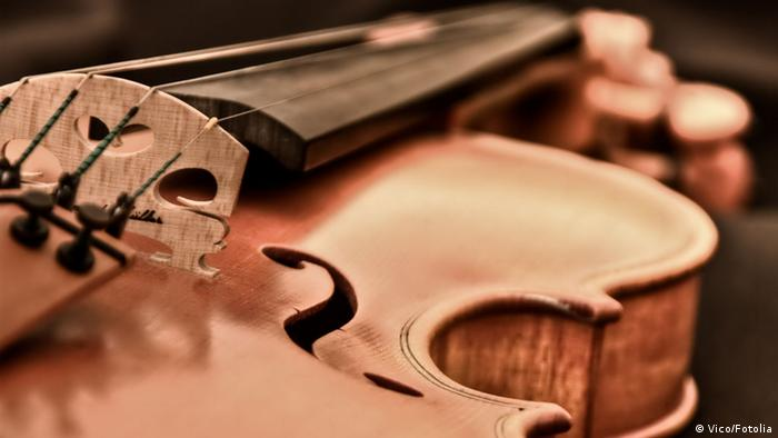 A player holds a violin © Vico
