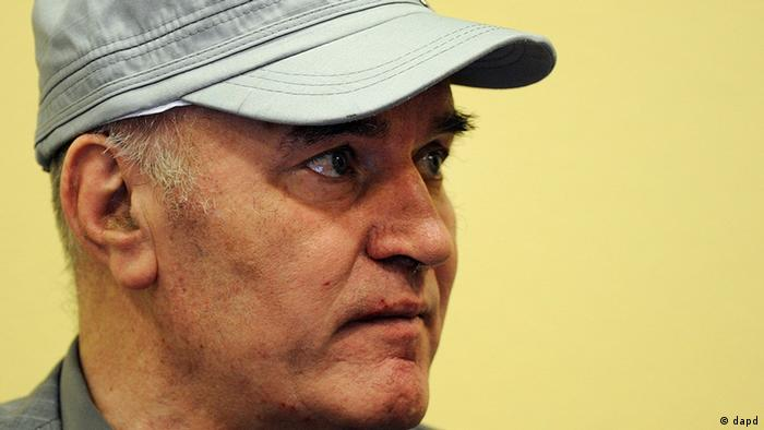 Former Bosnian Serb military chief Ratko Mladic waves in the court room during his further initial appearance at the U.N.'s Yugoslav war crimes tribunal in The Hague, Netherlands, Monday, July 4, 2011. Mladic has appeared in court at the Yugoslav war crimes tribunal to enter pleas to charges including genocide. The judge refused a request by Ratko Mladic's court-appointed lawyer to postpone initial plea. (Foto: Valerie Kuypers, Pool/AP/dapd)