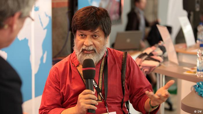 """The borders of the Global Village"" (""Die Grenzen des globalen Dorfs"") lautet das Thema eines Vortrags des bengalischen Professors Shahidul Alam am Donnerstag, 3. Mai, auf der re:publica in Berlin. internationale Blogger-Konferenz re:publica in Berlin. Aufnahmedatum: 3. Mai 2012 Fotograf: DW/ Matthias Müller"