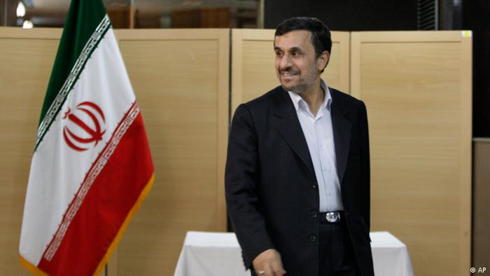Iranian President Mahmoud Ahmadinejad arrives at a polling station to vote in the parliamentary runoff elections in Tehran, Iran, Friday, May 4, 2012. The country has begun runoff elections for more than one-fifth of parliamentary seats. 130 hopefuls will compete for 65 seats in 33 constituencies including the capital Tehran with 25 undecided seats. Conservative opponents of President Ahmadinejad have already won majority of seats of the new parliament in the first round of the elections in March. (Foto:Vahid Salemi/AP/dapd)