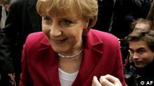 Die CDU-Parteivorsitzende Angela Merkel beantwortet Fragen von Journalisten vor einer Gremiensitzung in Berlin am Montag, 23. Mai 2005