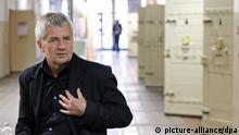 BStU Roland Jahn spricht bei seinem Besuch der Dokumentations- und Gedenstätte in der ehemaligen Untersuchungshaftanstalt der Stasi zu Besuchern