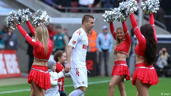 Lukas Podolski entra em campo no seu retorno ao Colônia