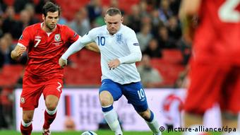 epa02902269 England's Wayne Rooney (C) vies for the ball with Joe Ledley (L) of Wales during the UEFA Euro 2012 qualification soccer match at Wembley Stadium in London, Britain, 06 September 2011. EPA/ANDY RAIN +++(c) dpa - Bildfunk+++ Schlagworte sport, Fußball