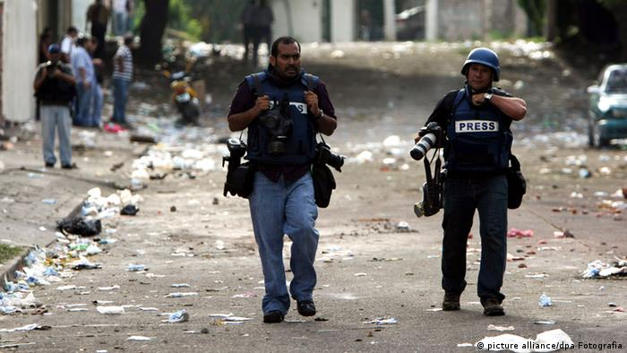 A picture dated 22 September 2009 shows journalist covering information of disturbances after the Coup in Tegucigalpa, Honduras (Photo: LEONEL ESTRADA/ dpa)