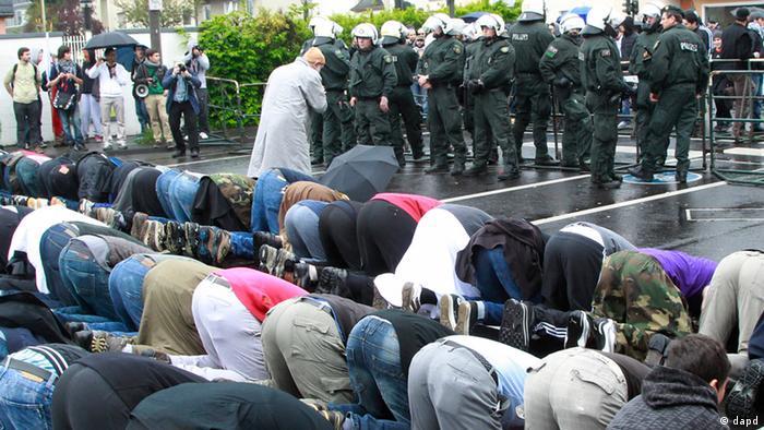 Bonn Demonstrierende Muslime gegen Rechtsradikalismus (dapd)