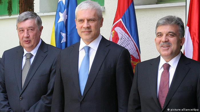 epa02703224 A handout photograph released by the Serbian Presidency showing Serbian President Boris Tadic (C) and Turkey's President Abdullah Gul (R) pose for a group photo together with Nebojsa Radmanovic (L) President of the Presidency of Bosnia, during a meeting of the presidents of Bosnia, Turkey and Serbia in Karadjordjevo, 110 km northwest of the capital Belgrade, Serbia 26 April 2011. Turkey's President Abdullah Gull, Serbia's Boris Tadic and three members of Bosnia's Presidency meet at Karadjordjevo state residency to discuss Bosnian political deadlock and simmering tensions in the region. Turkey has taken an active role in the Balkans, especially in protecting Bosnian Muslim interests. EPA/SERBIAN PRESIDENCY / HANDOUT EDITORIAL USE ONLY/NO SALES +++(c) dpa - Bildfunk+++ Schlagworte Diplomatie